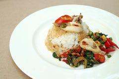Stekte ris med basilika och tioarmade bläckfisken Fotografering för Bildbyråer
