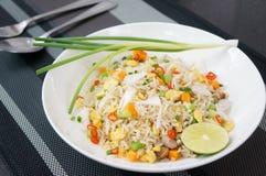 Stekte ris med den rimmade fisken Arkivbild