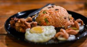 Stekte ris med det stekt ägget och stekt kyckling Arkivbild