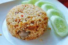 Stekte ris med frasigt griskött och chilideg Arkivfoton