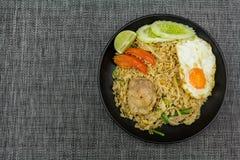 Stekte ris med griskött, limefrukt, potatisen, gurkor och det stekte ägget i b Arkivfoton