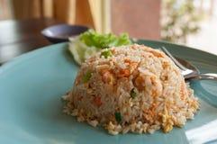 Stekte ris med räka. Arkivfoto