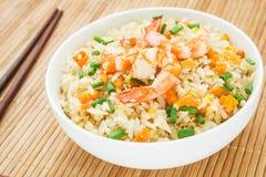 Stekte ris med räka i bunke Royaltyfri Foto