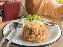 Stekte ris med räka i thailändskt dekorerar maträtten med salladslöken, gurkan, grönsallat, chili och citronen royaltyfri fotografi