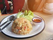 Stekte ris med räka i thailändskt dekorerar maträtten med salladslöken, gurkan, grönsallat, chili och citronen royaltyfria bilder