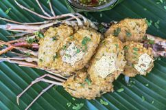 Stekte ris med räka- och sås- och degbladguldet Royaltyfri Foto