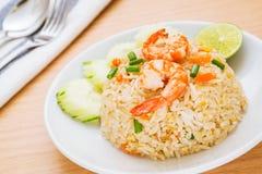 Stekte ris med räka på maträtt Arkivbild