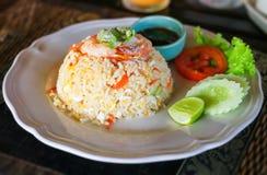 Stekte ris med räkaasiatet utformade - thailändsk mat Arkivfoto