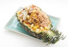 Stekte ris med raisings och tioarmade bläckfisken och skinka tjänade som i ananas royaltyfri bild