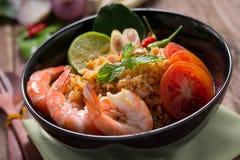 Stekte ris med räka, tom yum anstrykning, populär thailändsk mat Arkivfoton