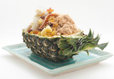 Stekte ris med russin och tioarmade bläckfisken och skinka tjänade som i ananas royaltyfri fotografi