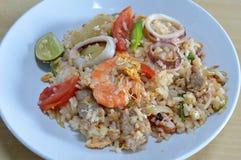 Stekte ris med skaldjur och ägget på maträtt Arkivbild