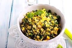 Stekte ris med spenat och ägg Arkivfoton