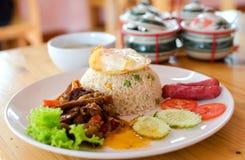 Stekte ris med stekt söt peper med kött Arkivfoto