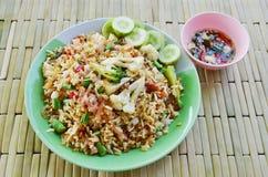 Stekte ris med surt griskött och grönsaken på maträtt fotografering för bildbyråer