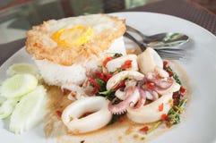 Stekte ris med tioarmade bläckfisken och stekt ägg Arkivfoto