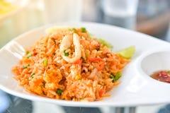 Stekte ris med tioarmade bläckfisken, thailändsk mat Royaltyfri Fotografi