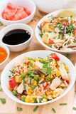 Stekte ris med tofuen, nudlar med grönsaker och örter royaltyfria bilder