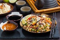 Stekte ris med tofuen och grönsaker arkivbilder