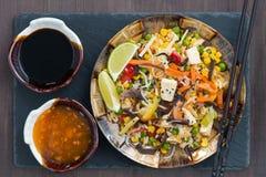 Stekte ris med tofuen och grönsaker, närbild fotografering för bildbyråer