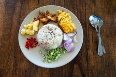 Stekte ris med tofuen och h?na, b?sta sikt, m?rk bakgrund sund begreppsmat royaltyfria bilder