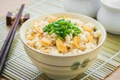 Stekte ris med vitlök i bunke Royaltyfria Bilder