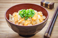 Stekte ris med vitlök i bunke Arkivfoton