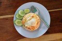 Stekte ris och stekte ägg med dekorerar överst skivagurkan och limefrukt Royaltyfri Bild
