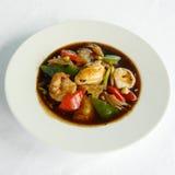 Stekte risnudlar med fiskkotletträkor och Nya Zeeland musslor Royaltyfri Bild