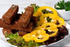 Stekte rostade bröd med ost, vitlök och kryddor Royaltyfria Bilder