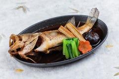 Stekte snapper med rädisan, moroten, shiitaken och choy summa i varm platta på japanskt papper för washi Arkivfoton