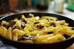 stekte steka champinjoner pan potatisar Arkivfoto