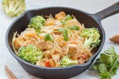 Stekte strikt vegetarianrisnudlar med tofuen och grönsaker arkivbilder