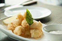 Stekte tioarmad bläckfiskcirklar som paneras med citronen Royaltyfri Foto