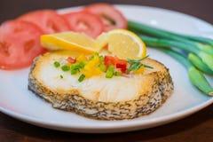 Stekte torskfiléer och grönsaker Arkivfoto