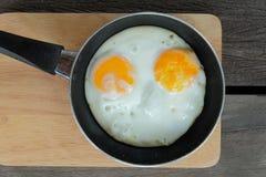 Stekte tvilling- ägg med pannan Royaltyfria Foton