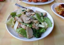 Stekte under omrörning blandade grönsaker på maträtt Arkivbild