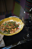 Stekte under omrörning glass nudlar med den finhackade griskött och tomaten, stekt vermiceller med ägg som var blandade med gröns Royaltyfria Foton