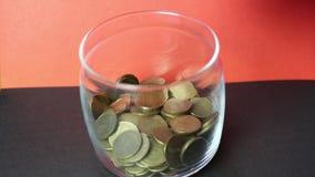 Stel-Bank wird mit Geld in den Münzen gefüllt stock footage