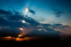 Stel de hemel met wolken bij zonsondergang tegenover elkaar Royalty-vrije Stock Fotografie
