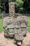 Stela Φ και ο βωμός του (που χαράζεται στο εναλλασσόμενο ρεύμα 721) επί του των Μάγια archeological τόπου Copan, Ονδούρα Στοκ Εικόνες