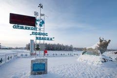Stela em honra da descoberta do Polo de frio em Oymyakon e da escultura de um touro, o símbolo do frio imagens de stock royalty free