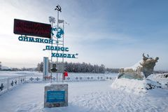 Stela en l'honneur de la découverte du Polonais de froid dans Oymyakon et de la sculpture d'un taureau, le symbole du froid images libres de droits