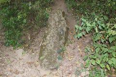 Stela en pierre près de monticule de serpend Photos libres de droits