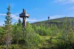 Stela med namnet på ingången till territoriet av den Murmansk regionen av den Lapland naturreserven royaltyfri bild
