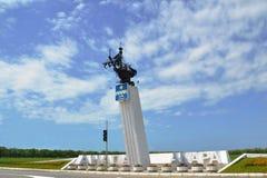 Stela van toevluchtstad Anapa, op route anapa-Kerch bij luchthavenuitgang die wordt geplaatst Stock Afbeeldingen