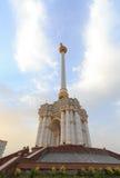 Stele com o emblema Tajiquistão dushanbe fotos de stock