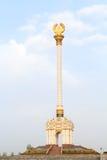 Stele com o emblema Tajiquistão dushanbe fotografia de stock royalty free