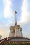 Stele con el emblema Tayikistán dushanbe Fotos de archivo