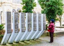 Stele mit dem Namen der chemischen Zusammensetzung des Wassers kolonnade lizenzfreie stockfotos